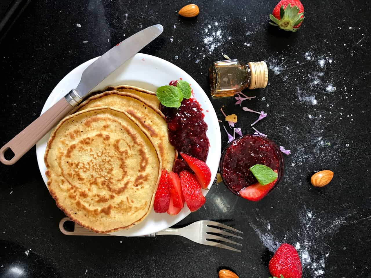 Oatmeal, honey and strawberry pancakes